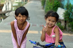 children on the street (the foreign photographer - ฝรั่งถ่) Tags: two girl children khlong lard phrao portraits bangkhen bangkok thailand nikon d3200