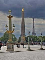 Place de la Concorde - Paris (hervétherry) Tags: france iledefrance paris 75008 canon eos 7d efs 18200 place concorde obélisque tour eiffel nuage cloud nuageux cloudy ciel sky gris perspective