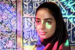 Mujer iraní (alanchanflor) Tags: retrato canon color mujer joven pañuelo irán asia persia reflejos luz azulejos mezquita islam azul isfahán