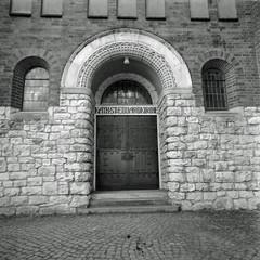 Kirche Berlin Neukölln Kranoldstraße 21.4.2019 (rieblinga) Tags: berlin neukölln kirche eingang kranoldstrase 2142019 analog rollei 6008 ilford fp4 sw