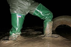 Return to Mucking Flats in Daiwa Waders (essex_mud_explorer) Tags: daiwa coarsefisher coarsefisherfordaiwa waders rubber boots rubberboots rubberwaders thighboots thighwaders hip watstiefel cuissardes gummistiefel rubberlaarzen caoutchouc hunter gates uniroyal madeinbritain madeinscotland vintage mud muddy mudflats estuary tidal creek stanfordlehope essex mucking muckingflats tyre tyrestuckinmud