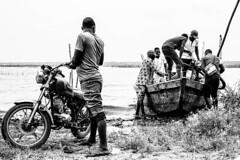 Sortir de sa coquille (Noémie dSP) Tags: nb noiretblanc bw blackandwhite canon canon6d canoneos6d benin boat africa afrique