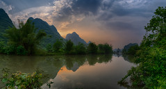 Afternoon by the River (Yangshuo, China. Gustavo Thomas © 2019) (Gustavo Thomas) Tags: sunset atardecer sunlight mountains nature landscape river voyage voyager adventure calm tranquility reflection reflejo china guangxi trip paisaje nikon zhongguo asia afternoon