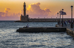 Visiones de Chania al atardecer (Nebelkuss) Tags: creta crete kriti hania chania xania puerto harbour venecianos venetians ocaso twilight puertadelsol sunset faro lighthouse fujixpro1 fujinonxf60f24