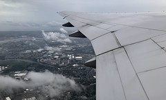 #Takeoff from #EWRAirport bound for #SFOAirport (Σταύρος) Tags: goinghome 777 b777 internationalairport newarklibertyinternationalairport airplanewing ewrairport ewr airport overcast wet cold windowview windowseat takeoff sfoairport jetwing wing λεπίδοσ πτερόν adain aile vleugel ala flügel altitude flight fly aerial aério avion aéreo