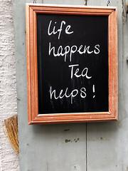 Life happens, Tea helps! (Rosmarie Voegtli) Tags: aarau lifehappensteahelps slate broom wall kreide chalk framed city altstadt invitation tea strollingaround odc ourdailychallenge print zitat quote weisheit wisdom credo belief