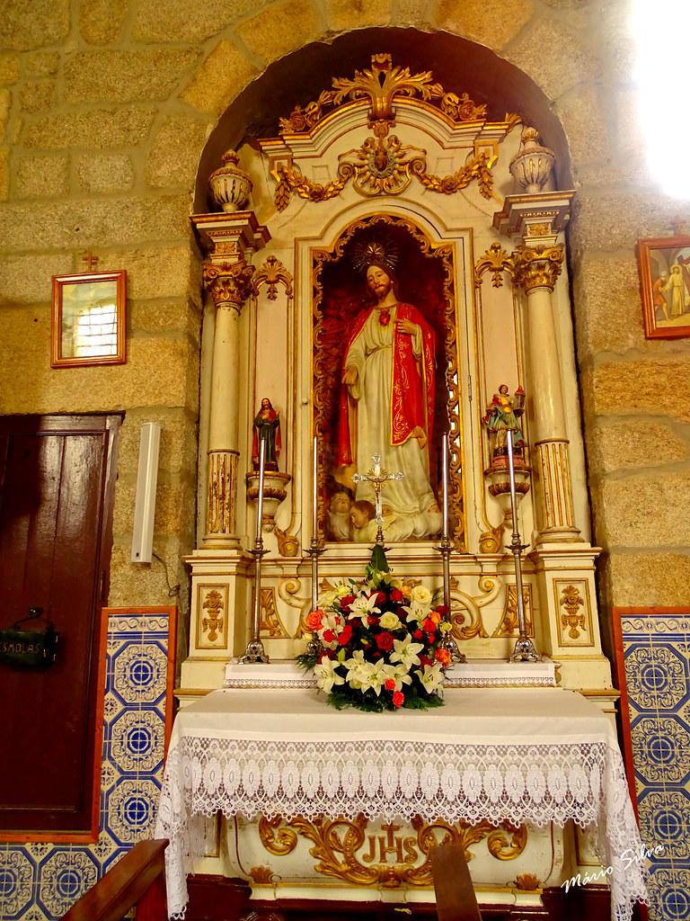 Águas Frias (Chaves) - ... altar lateral do Sagrado Coração de Jesus na Igreja Matriz ...