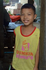 donuts boy (the foreign photographer - ฝรั่งถ่) Tags: smiling boy doorway donuts khlong lard phrao portraits bangkhen bangkok thailand nikon d3200