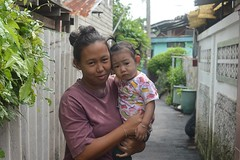 mother and daughter (the foreign photographer - ฝรั่งถ่) Tags: mother daughter khlong thanon portraits bangkhen bangkok thailand nikon d3200