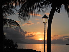 one after another ... (Faapuroa) Tags: coucher soleil sunset feu ciel nuages cloud fire red rouge tahiti pacific pacifique oceanside océan lampadaire réverbère streetlamp