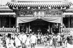 Kwan Im Thong Hood Cho Temple (Thanathip Moolvong) Tags: olympus 35 sp ilford delta 400 film street singapore bw wb monochrome
