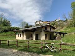 (Paolo Cozzarizza) Tags: italia friuliveneziagiulia pordenone castelnovodelfriuli scorcio staccionata bicicletta strada erba bandiera cielo alberi