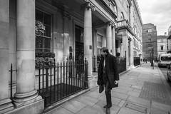 Look Right (Foto John) Tags: leica leicammonochrom246 leicammonochromtyp246 superelmarm18mmƒ38asph rangefinder streetphotography people man candid bw wideangle superwideangle blackwhite blackandwhite blackandwhitethatsright monochrome street 18mm london uk