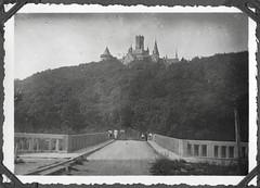 Album D247 Schloß Marienburg, Sommer 1934 (Hans-Michael Tappen) Tags: archivhansmichaeltappen albumd 19201940er outdoor fotorahmen landschaft schlosmarienburg architektur geschichte scenery 1934 1930s 1930er brücke history hannover