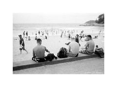watching the surf at Manly beach, Sydney 2018  #931 (lynnb's snaps) Tags: cv21mmf4ltm leicaiiic manly manlybeach tmaxdeveloper bw film 2018 leicafilmphotography rangefinderphotography fomaretropan320bwfilm street people ocean coast sydney australia boys men swimmers surfers surf watching relaxin crowd sand bianconegro biancoenero blackwhite bianconero blancoynegro noiretblanc monochrome ishootfilm filmfilmforever