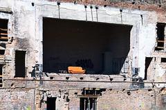 Lass uns das Theater schauen.... (M. Schirmer Berlin) Tags: lostplaces abandonedplaces verlasseneorte sofa theater ruine orange bricks ziegel couch bank deutschland germany berlin guesswhere