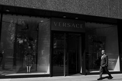 an afternoon@Kö, Düsseldorf (Amselchen) Tags: city street streetphotography streetsnap people pedestrians bnw blackandwhite light shadow mono monochrome panasonic citylife urban germany reflection leicadglens lmonochromed panasonicdcgx9 leicadgsummilux15f17