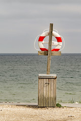 (Richter.V) Tags: rettungsreifen rettungsring strand nordsee meer klitmöller dänemark sand wasser holz rot
