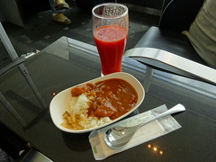 Curry with rice and toamto juice @ANA lounge, Tokyo Haneda Airport (Phreddie) Tags: ana lounge airport haneda tokyo japanesefood curry eat japan
