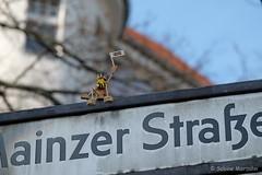 Gruß zum Sonntag (Sockenhummel) Tags: korkmännchen mainzerstrasse strassenschild streetart figur fuji xt10 berlin wilmersdorf