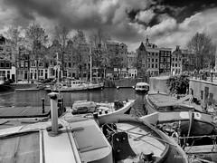 Waalseilandgracht 18-5-2019 (k.stoof) Tags: oude waal waalseilandgracht amsterdam centrum schepen woonboot gracht canal gevels facades wolken clouds