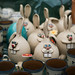 Nahaufnahme von Osterhasen aus Keramik