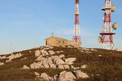Antenas no Montejunto (jONNAS23) Tags: portugal centrodeportugal centerofportugal oestedeportugal montanha mountain altitude rochas rocks antena frio cold ceu sky