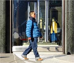 Ignoring the Ladies (Hindrik S) Tags: mannequin schaufensterpuppe etalage etalagepop man streetphoto streetphotography strasenfotografie straatfotografie strjitfotografy dschx90v sony sonyphotographing 2019 wenen vienna wien austria ostereich oostenrijk mensen menschen people minsken graben shop shopping candid walking