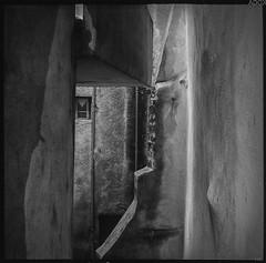 vintage V (*altglas*) Tags: mittelformat mediumformat 6x6 analog film superikonta zeiss adoccms20 vintage village medieval old bw monochrome annot france provence