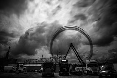 The cloud-machine (Black&Light Streetphotographie) Tags: mono monochrome urban tiefenschärfe wow wolken city closeup clouds dof depthoffield sony streetshots streets streetshooting street schwarzweis streetphotographie sonya7rii fullframe vollformat blackandwhite bw blackwhite bokeh bokehlicious blur blurring