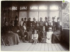 tm_11446 (Tidaholms Museum) Tags: svartvit positiv gruppfoto grupporträtt lundsbrunn kvinna dam herre man barn flicka girl lady