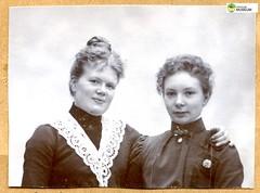 tm_11445 (Tidaholms Museum) Tags: svartvit positiv gruppfoto grupporträtt dam kvinna kvinnor lady sisterhood sister syster syskon systrar sisters