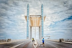 Le pont-levé.... (Isa-belle33) Tags: architecture urban urbain city ville pont bridge people personnes silhouettes sky ciel bordeaux fujifilm clouds nuages