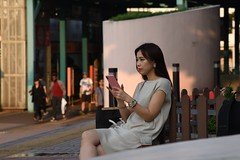 Hong Kong - Beautiful girl with cell phone and ... beer (PierBia) Tags: hong kong beautiful girl with cell phone beer nikon d810