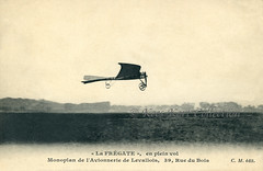 In flight view of a version of the SCAA 'La Fregate' with rudder and an almost straight wing [France, 1910] (Kees Kort Collection) Tags: 1910 inflight issylesmoulineaux lafrégate scaa gullwing lavionneriedelavallois monoplane