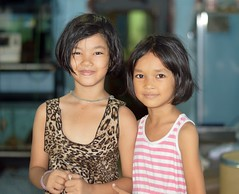 sisters (the foreign photographer - ฝรั่งถ่) Tags: two girls sisters khlong lard phrao portraits bangkhen bangkok nikon d3200