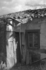 The mansion's hut (lebre.jaime) Tags: portugal beira covilhã architecture ptbw bw blackwhite noiretblanc pb pretobranco digital ff fullframe fx nikon d600 afsnikkor5018g affinity affinityphoto hut shack