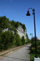 Surplombe le fleuve (DJ Axis) Tags: charlevoix la malbaie train gare havre falaise cap rocheux rail chemin fer lampadaire rocky lamppost