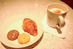 Croissant and cookies (A. Wee) Tags: sweden 瑞典 stockholm 斯德哥尔摩 arlanda airport arn 机场 sas scandinavianairlinesystem 北欧航空 lounge cookie croissant coffee 咖啡 cappuccino