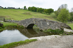 Packhorse Bridge, Youlgrave (Kingsley_Allison) Tags: youlgrave peakdistrict derbyshire bakewell riverbradford walkers ramblers packhorsebridge bridges panniers nikon d7200 bradforddale