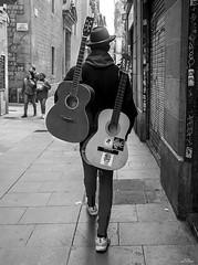 Guitarras (vitometodio) Tags: guitarras guitars musicocallejero musicodecalle musico musician music musica musically musicos blancoynegro blackandwhite bcn streetphotography streetphoto street fotografiaurbana olympus urbanphotography blackandwhitephotography monocromatic vitometodio olympusomdem5markii olympusmzuikodigitaled1240mmf28