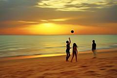 Jogos na praia... (Zéza Lemos) Tags: praia portugal pordesol puestadelsol praias algarve água areia bola bolas sunset sol selvagem mar ondas oceano oceanoatlântico pessoas faro water jogos núvens contraluz