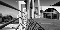 Marie-Elisabeth-Lüders-Steg (Pascal Volk) Tags: berlin mitte berlinmitte regierungsviertel governmentdistrict axelschultes artinbw schwarz weis black white blackandwhite schwarzweis sw bw bnw blancoynegro blanconegro spring frühling primavera architecture architektur arquitectura canoneosr canonef1635mmf4lisusm 35mm dxophotolab dxosilverefexpro nikcollection