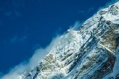 Bin ich auf dem Foto? - Am I in the photo? (Köömbroder) Tags: schweiz switzerland berg mountain snow schnee himmel sky blau weis blue white farbe color sonyalpha6000 selp18105g clouds wolken oben above wand wall