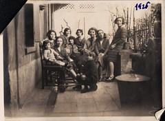 Femmes, 1926 (Cletus Awreetus) Tags: photographie photoancienne groupe femme enfants poubelle terrasse