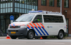 Dutch police Volkswagen Transporter T5 (Dutch emergency photos) Tags: politie police polizei polit politi politiet policie polici policia polis polisi polisie polisia polizia politia polizie politievoertuig politievoertuigen politiebu politiebus bus policevan van policevehicle policevehicles voertuig voertuigen vehicle vehicles nederland nederlands nederlandse netherland netherlands dutch emergency photo photos foto fotos flickr 999 911 112 blue light blauw licht lichtbak lichtbalk lightbar midden middennederland vw volkswagen transporter t 5 t5 vista fedsig federal signal vht verkeer verkeers handhaving handhavings team gooi vechtstreek 1868 25xkjh