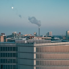 Moon Over the City (Tom Levold (www.levold.de/photosphere)) Tags: fuji hamburg x100f abenddämmerung dusk twilight cityscape architektur architecture