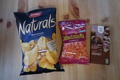 """Chips Naturals """"Parmesan"""", Cashew-Erdnuss-Mix mit Honig & Salz und GEPA Vollmilch-Mandel-Schokolade (multipel_bleiben) Tags: essen chips knabber nüsse schokolade fertigprodukt süsigkeit zugastbeifreunden"""