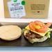 Burgerbrötchen mit Salat, Käse,Tomaten und Dip für den Veggie-Burger aus dem Beyond Meat Set mit pflanzlichen und veganen Burgerbratlingen