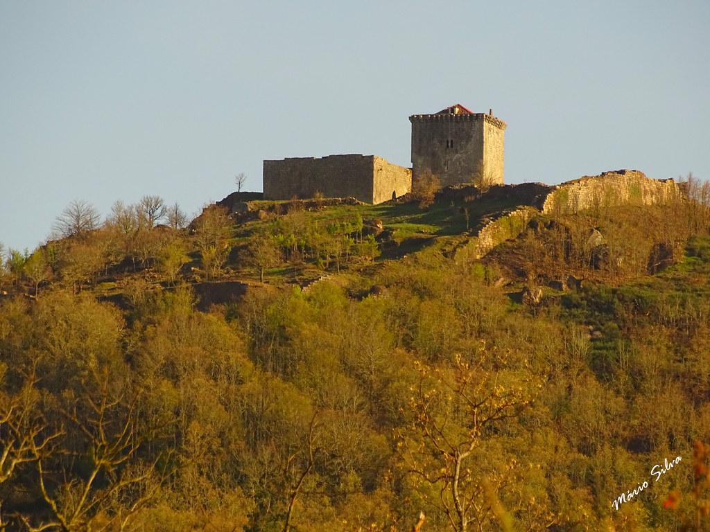 Águas Frias (Chaves) - ... como vemos, da Aldeia, o Castelo de Monforte de Rio Livre (monumento nacional) ...